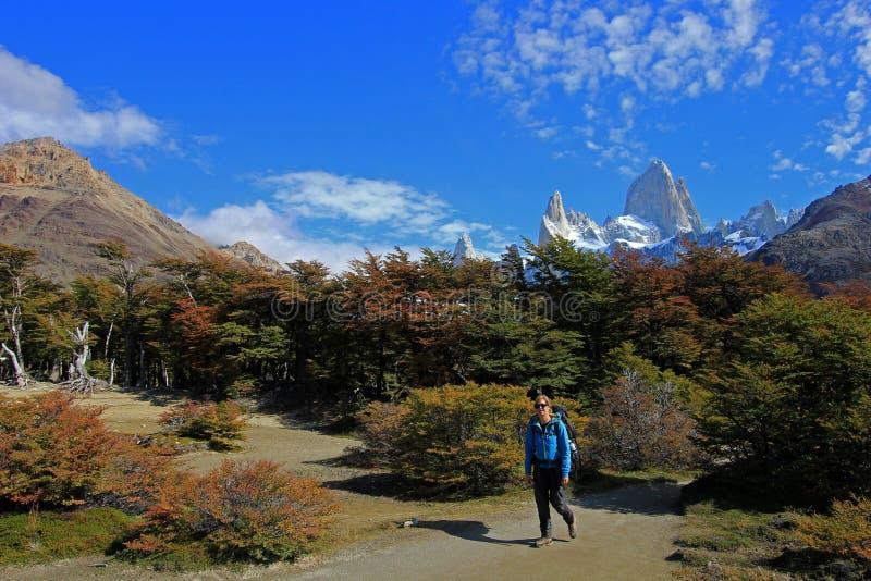 Kobieta wycieczkuje w górach, góra Fitz Roy, Patagonia, Argentyna obrazy royalty free