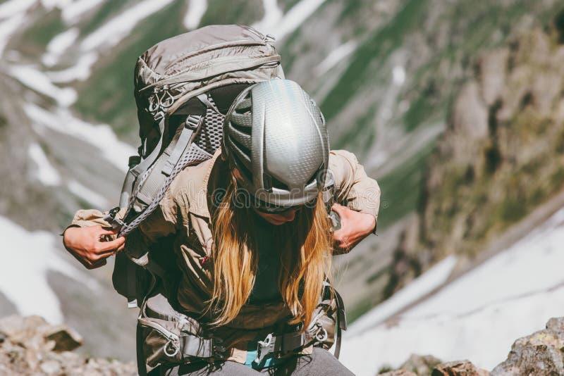 Kobieta wycieczkuje w górach z plecakiem Podróżuje zdrową styl życia przygodę zdjęcie stock