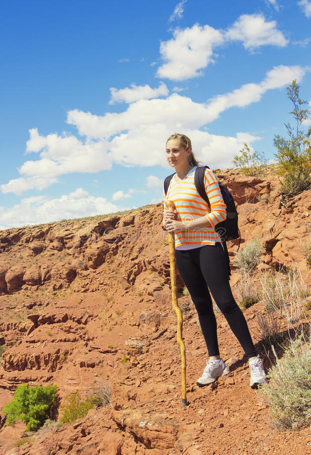 Kobieta Wycieczkuje w Niewygładzonych Pustynnych górach zdjęcia stock