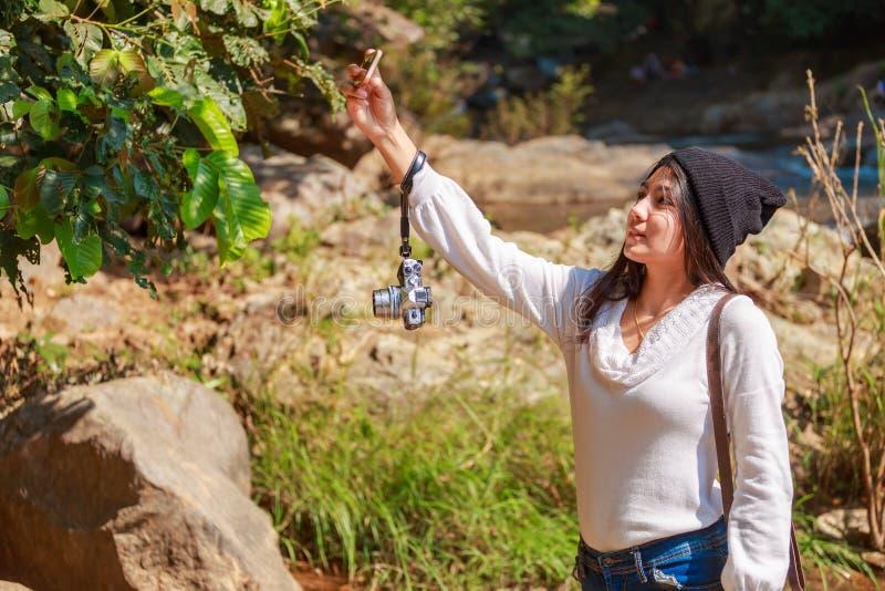 Kobieta wycieczkuje wokoło gór blisko rzeki przy wiosna czasem zdjęcie stock
