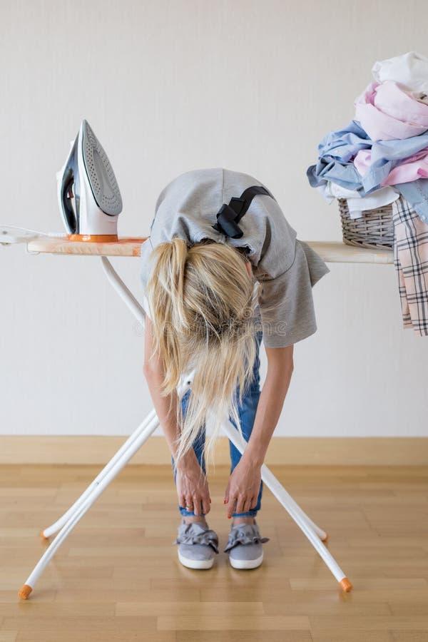 Kobieta wyczerpująca obciążeniem pracą w domu obrazy royalty free
