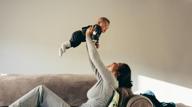 Kobieta wydaje czas bawić się z jej dzieckiem fotografia royalty free