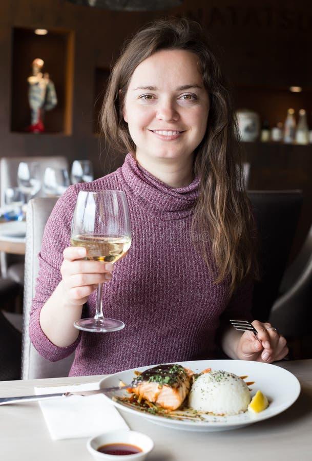 Kobieta wydaje jej czas w restauraci zdjęcie royalty free