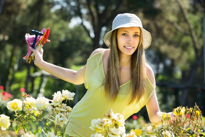 Kobieta wydatków czas wolny w ogródzie zdjęcia stock