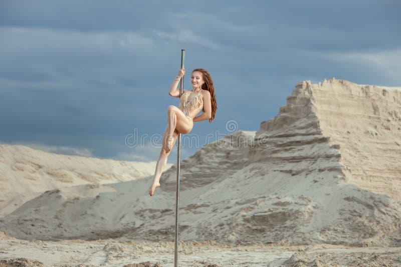 Kobieta wykonuje sztuczki na słupie obrazy stock