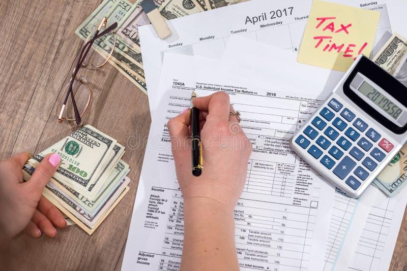 Kobieta wypełnia 1040 indywidualnego podatku dochodowego powrotnych form zdjęcia royalty free