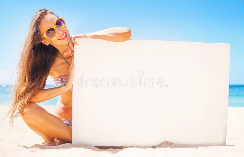 Kobieta wystawia białego plakat dla twój teksta zdjęcie royalty free