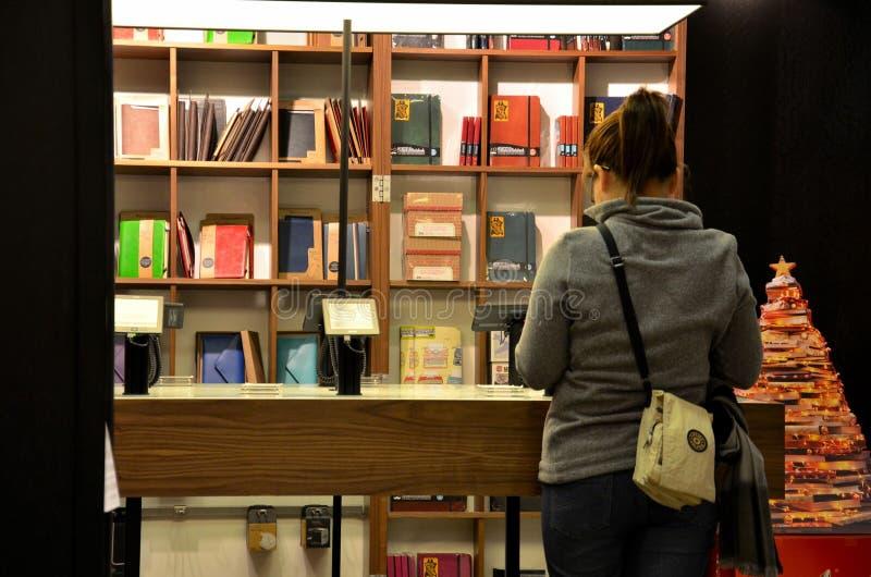 Kobieta wyszukuje książki przy księgarnią zdjęcie stock