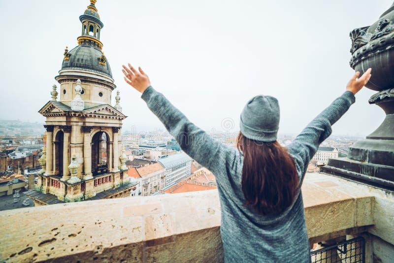 Kobieta wzrosta ręka up z pięknym widokiem przy starym europejskim miastem obrazy royalty free