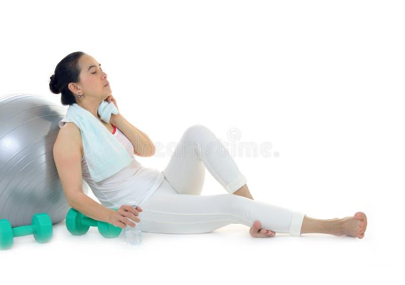 Download Kobieta Z ćwiczenie Wodą I Ręcznikiem Zdjęcie Stock - Obraz złożonej z zdrowy, piękny: 57661328