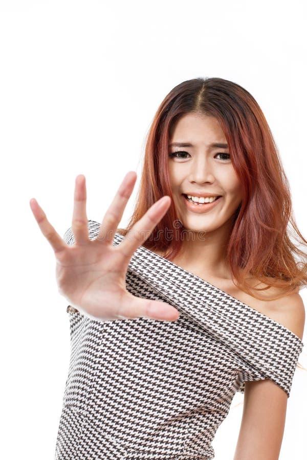 Kobieta z śmieszną twarz seansu przerwą, odrzut, odmówić ręki znak zdjęcie royalty free