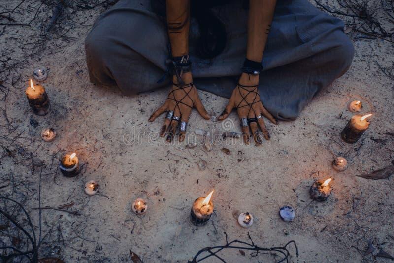 Kobieta z świeczką głęboko w lasowym czarownicy rzemiośle zdjęcia royalty free