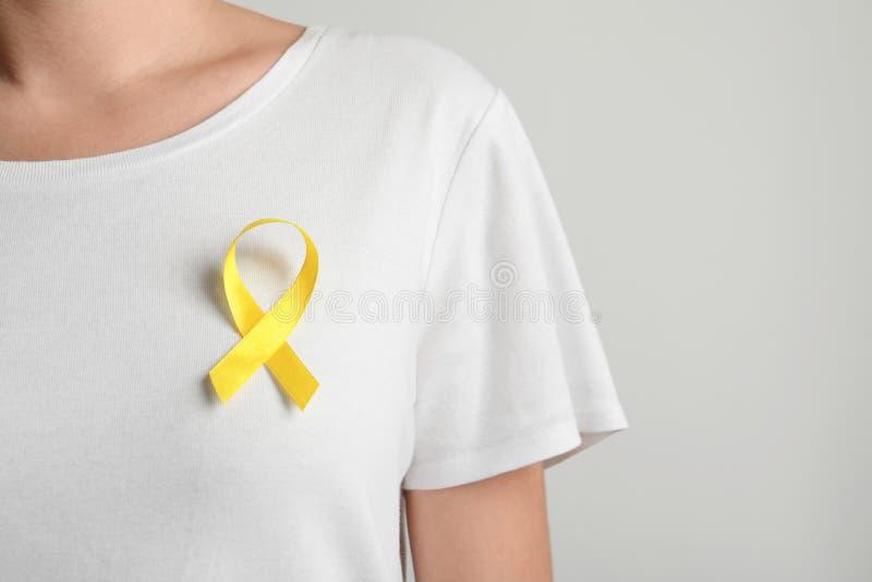 Kobieta z żółtym faborkiem na koszulce obrazy stock
