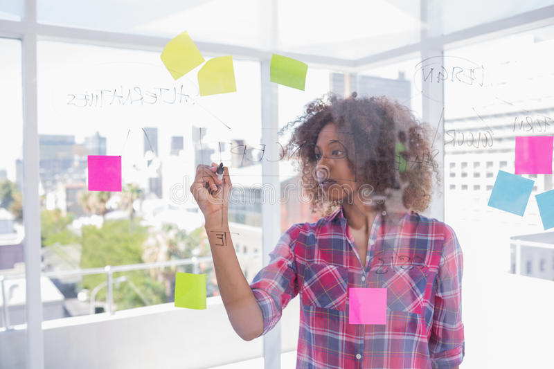 Kobieta z afro rysunkiem na flowchart z markierem zdjęcia royalty free