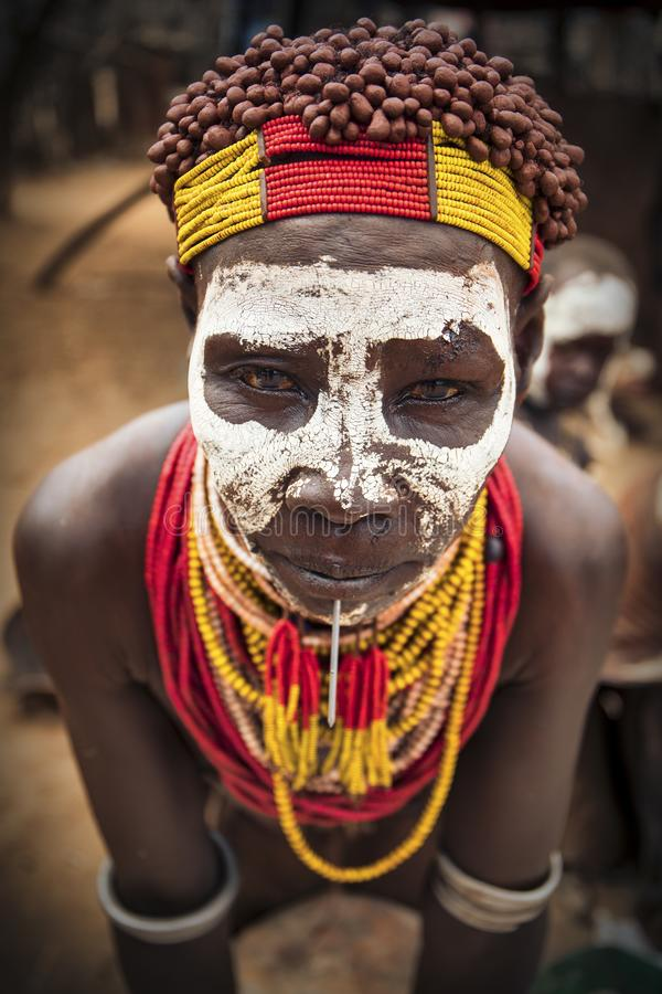 Kobieta z afrykańskiego plemienia Caro, Etiopia obrazy stock