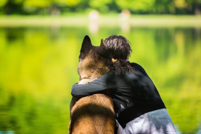 Kobieta z Amerykańskim Akita psem zdjęcia royalty free