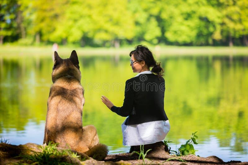 Kobieta z Amerykańskim Akita psem obrazy stock