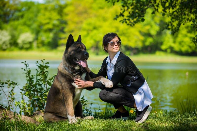 Kobieta z Amerykańskim Akita psem fotografia royalty free