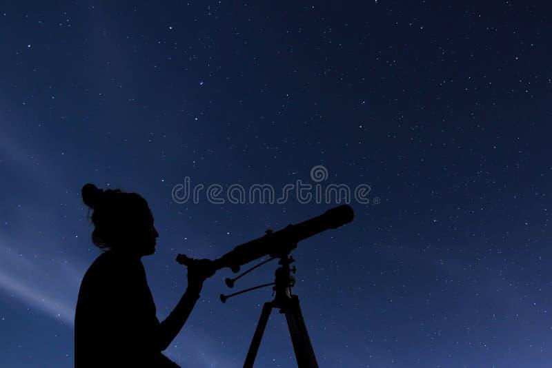 Kobieta z astronomicznym teleskopem Gwiaździstej nocy gwiazdozbiory, Ursa Ważny, Ursa nieletni, Draco Gwiaździsta noc, Ciemny nie zdjęcia stock
