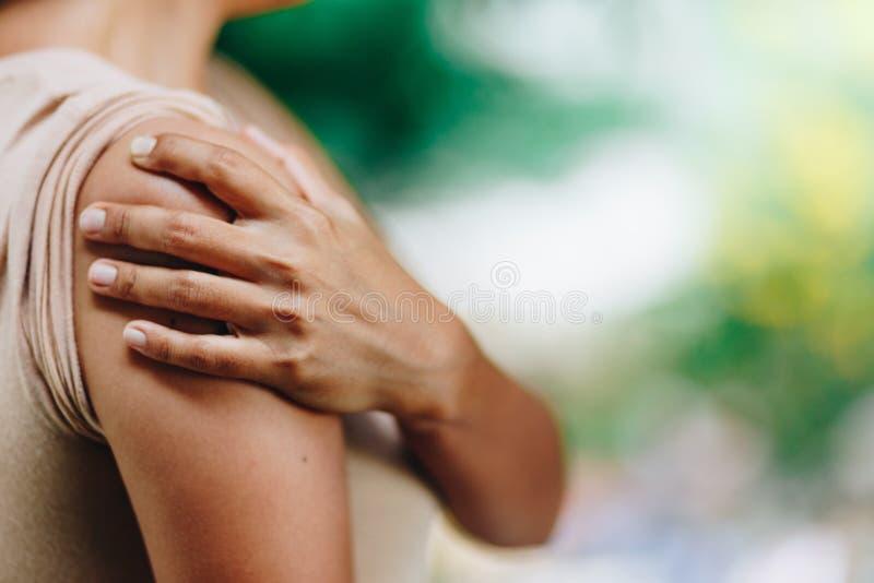 Kobieta z bólem w naramiennej i górnej ręce Obolałość w ciele ludzkim obraz royalty free