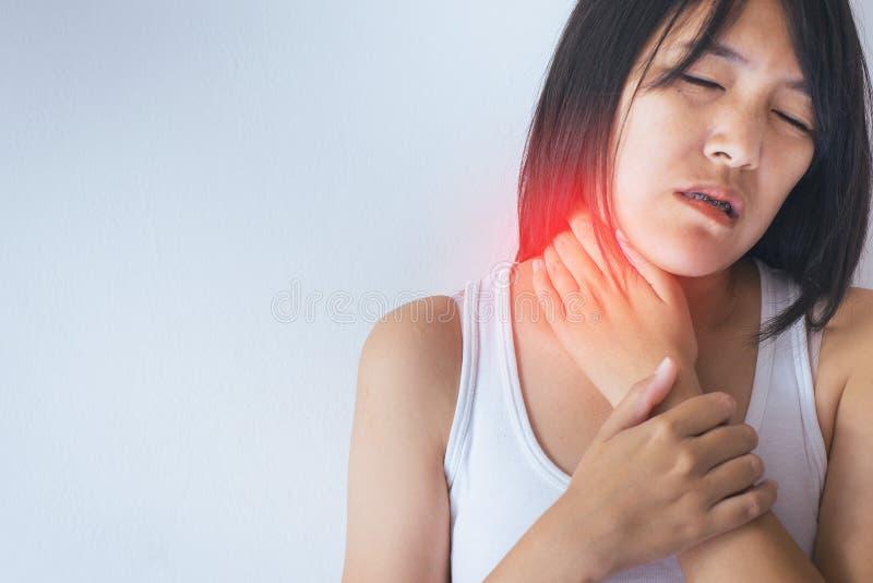 Kobieta z bólem w szyi, Żeńska ręka dotyka jej bolesnego cervix zdjęcie stock