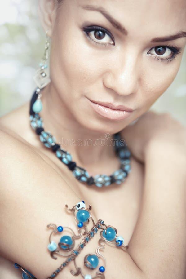 Kobieta z błękitną biżuterią zdjęcie stock
