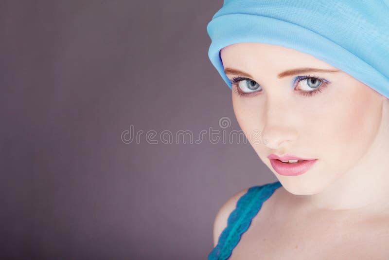 Kobieta z błękitny tkaniną zawijającą wokoło głowy zdjęcie stock