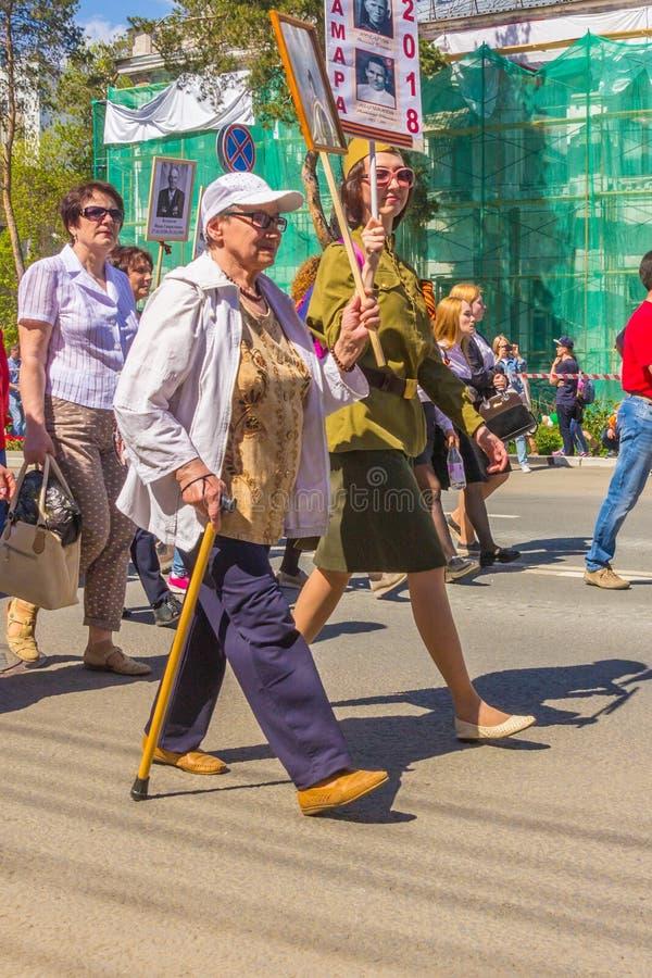 Kobieta z badik z portretem antenat uczestnik Wielka Patriotyczna wojna chodzi wzdłuż kolumny «Mnie zdjęcie stock
