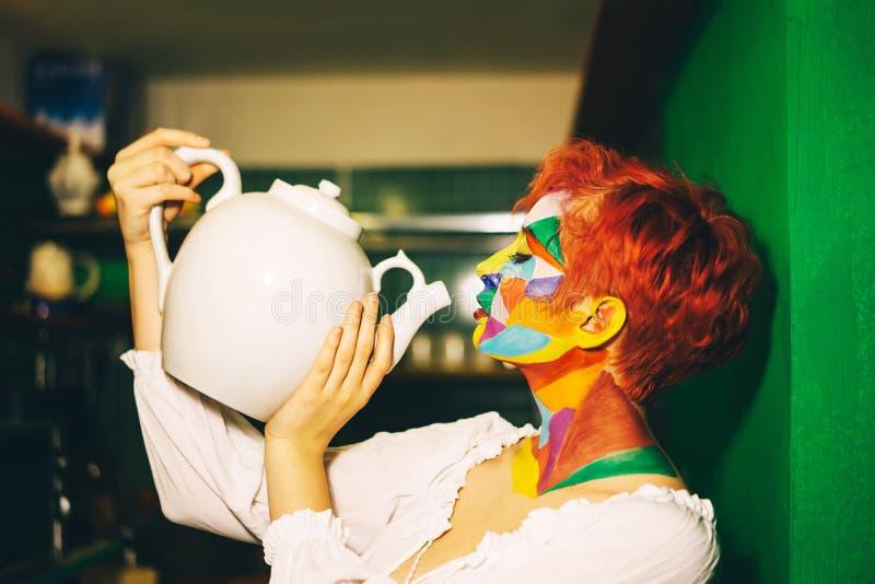 Kobieta z barwiącym makijażu i pomarańcze włosy zdjęcia stock