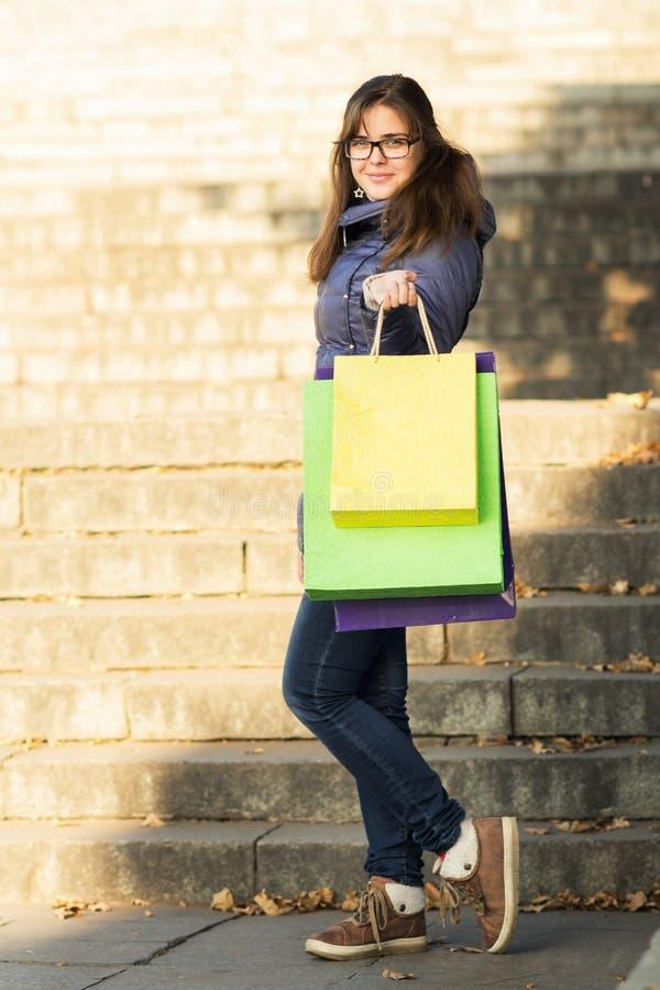 Kobieta z barwiącymi torba na zakupy zdjęcia stock