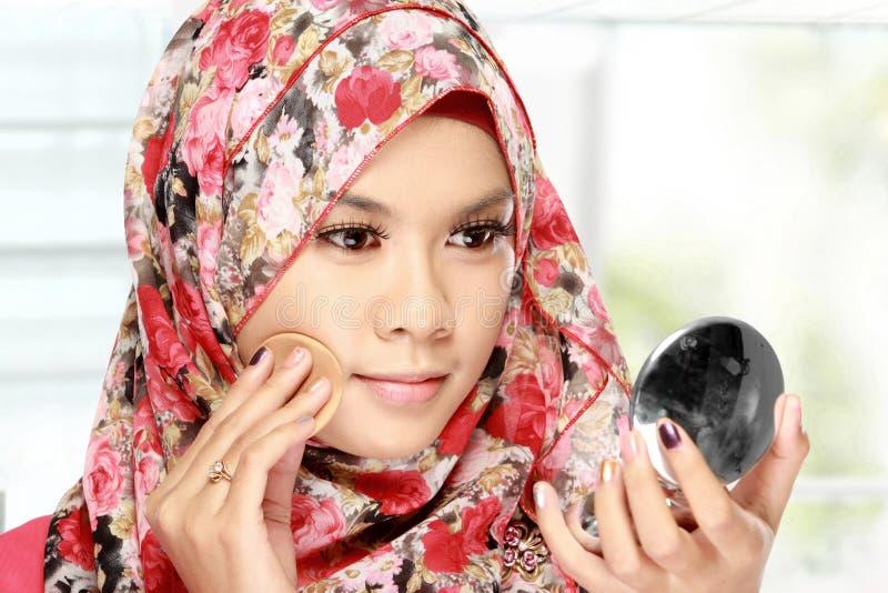 Kobieta z bawełnianym ochraniaczem stosuje twarz proszek obraz stock
