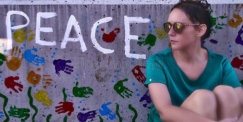 Kobieta z betonowym tłem i słowami obraz royalty free