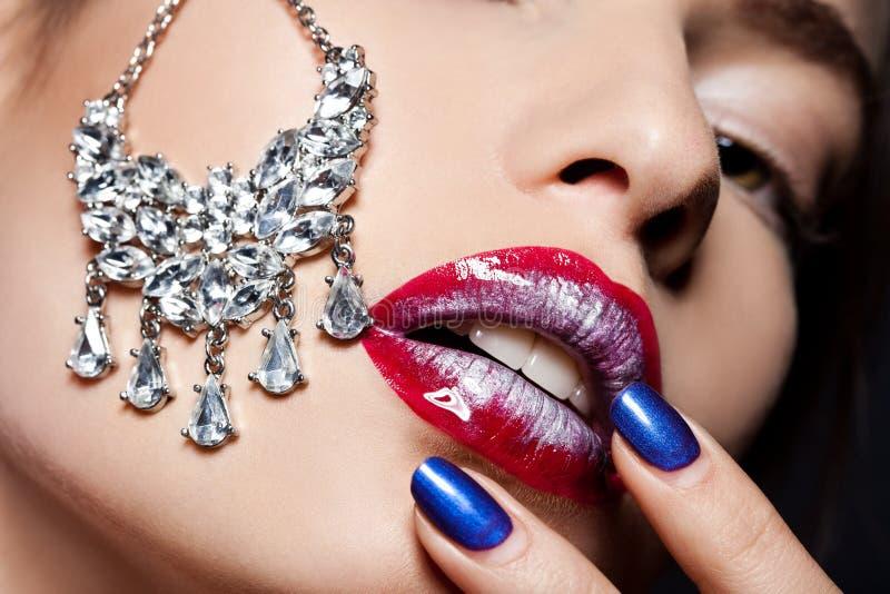 Kobieta z biżuterią fotografia royalty free