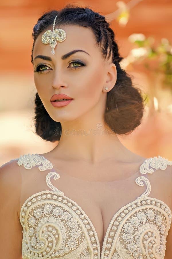 Kobieta z biżuterii tiarą w brunetka włosy obraz royalty free