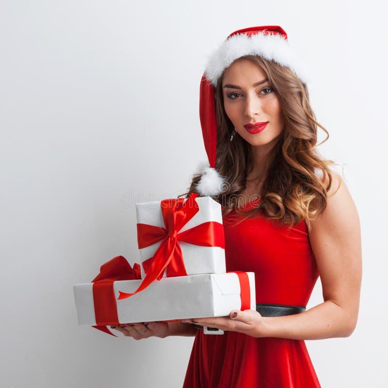 Kobieta z boże narodzenie prezentami zdjęcia stock