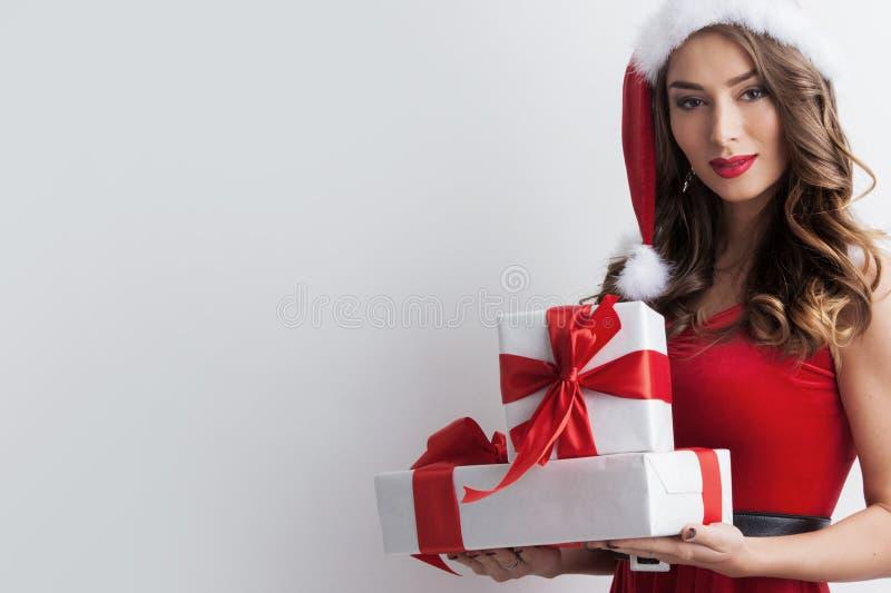 Kobieta z boże narodzenie prezentami obraz stock