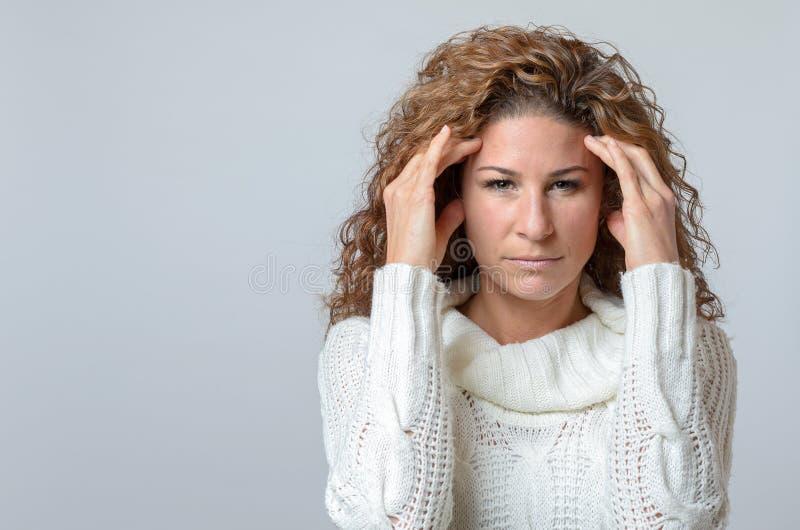 Kobieta z bolącym poważnym wyrażeniem zdjęcia royalty free