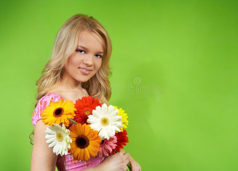 Kobieta z bukietem kwiaty obrazy stock