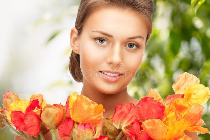 Kobieta z bukietem kwiaty zdjęcie stock