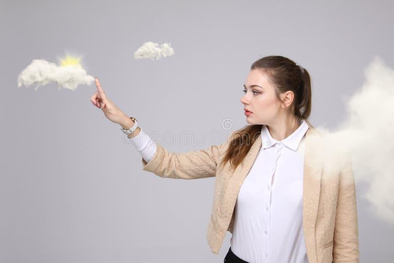 Kobieta z chmurą i słońcem Pojęcie na temacie komputer chmury usługa zdjęcie royalty free