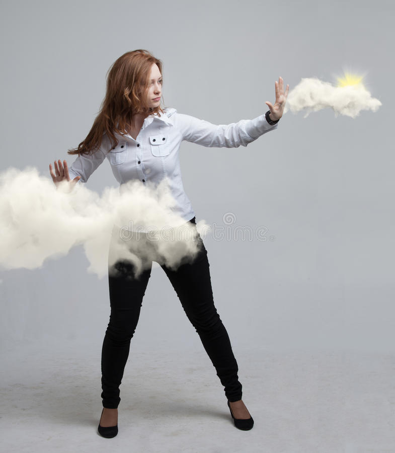 Kobieta z chmurą i słońcem Pojęcie na temacie komputer chmury usługa zdjęcie stock