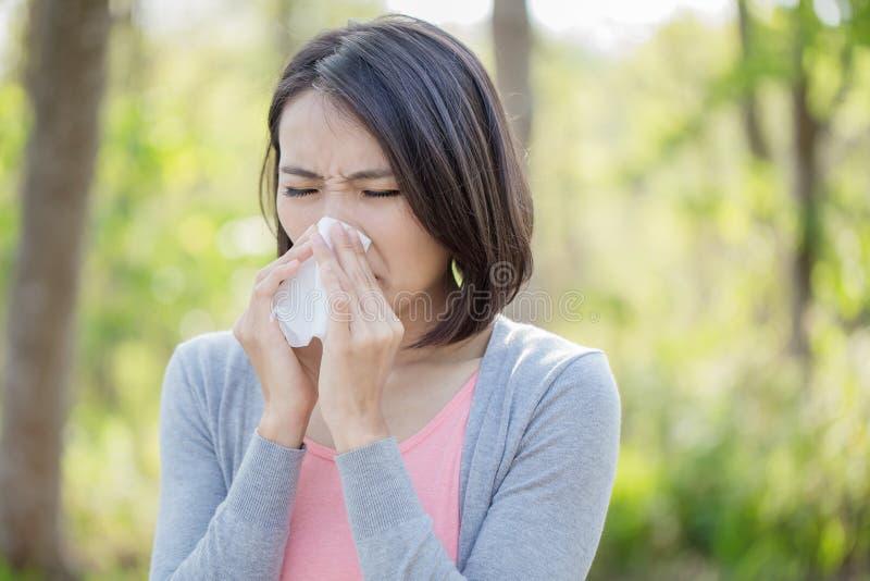 Kobieta z chorobą w zimie obraz stock