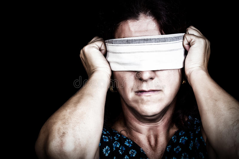 Kobieta z chusteczką target352_1_ jej oczy obrazy stock
