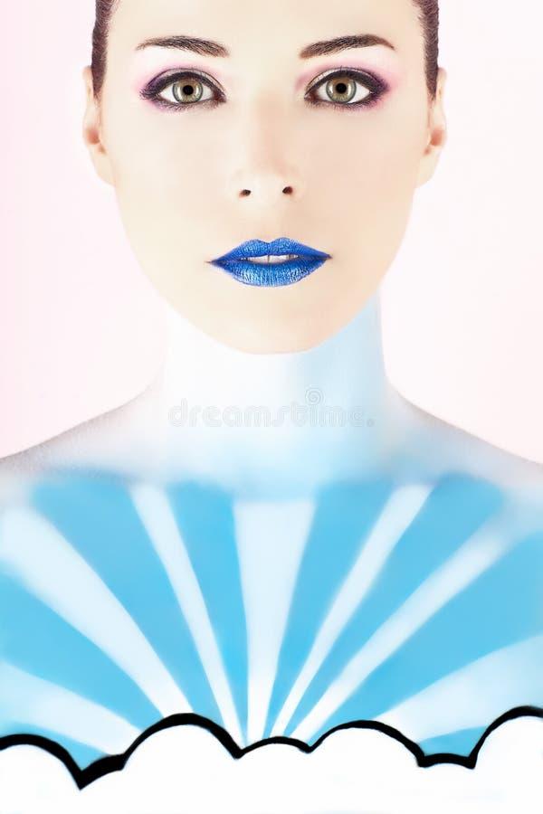 Kobieta z ciałem malującym patrzeć jak niebo zdjęcie royalty free