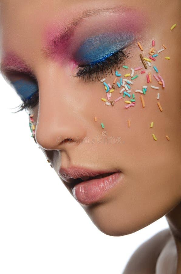 Kobieta z ciasteczko dekoracjami na twarzy fotografia stock