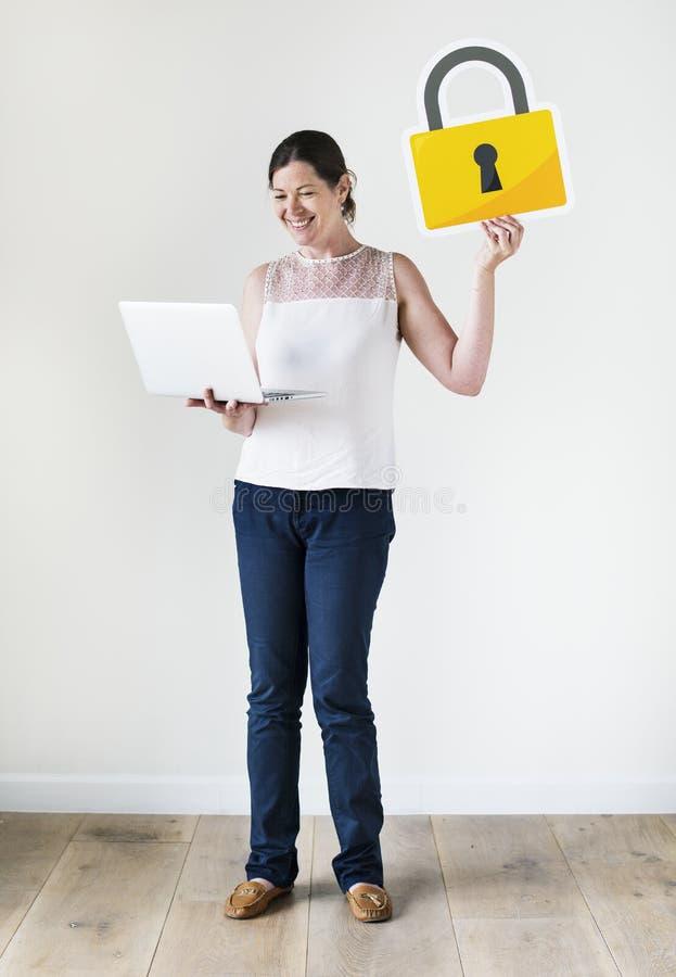 Kobieta z cyber ochrony pojęciem zdjęcia stock