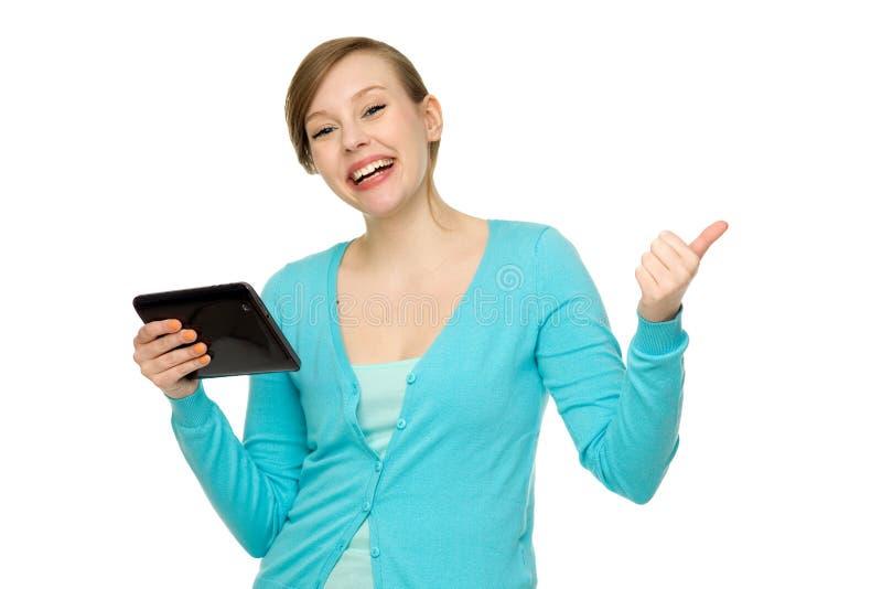 Kobieta z cyfrową pastylką i aprobatami zdjęcie stock