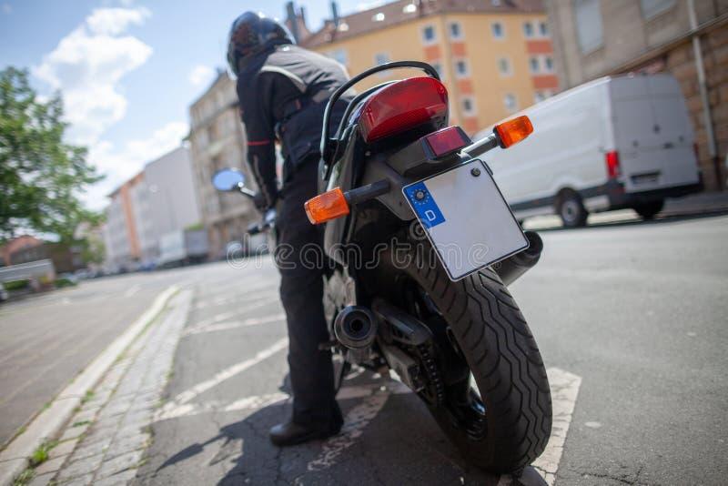 Kobieta z czarnym hełmem na motocyklu zdjęcie stock
