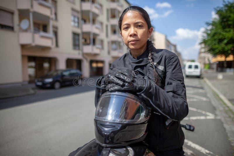 Kobieta z czarnym hełmem na motocyklu obraz royalty free