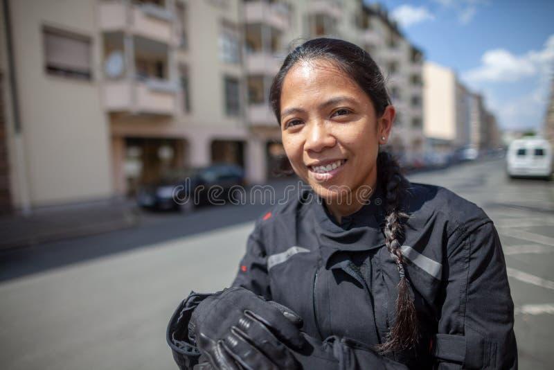 Kobieta z czarnym hełmem na motocyklu zdjęcie royalty free